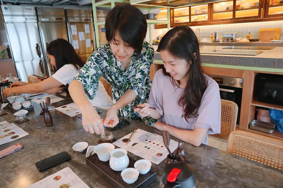 Tea master Tomoko san was teaching Nate residents how to brew a good cup of tea